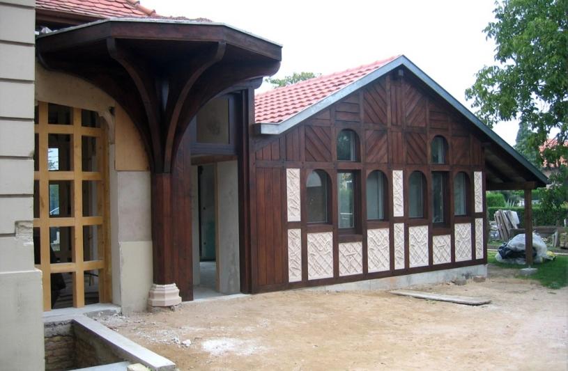 Le front Est, l'ancienne dépendance et le bâtiment de liaison en charpente