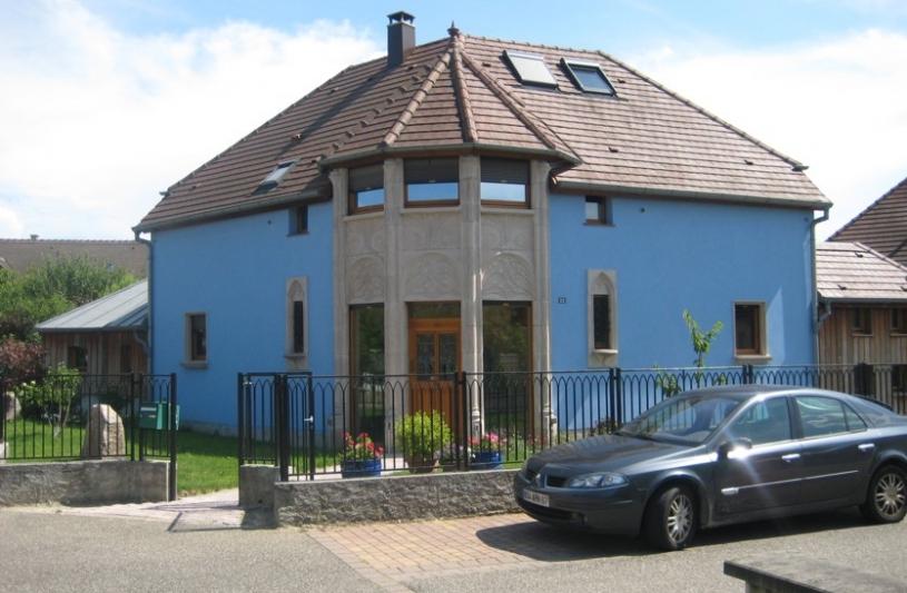 """La façade sur rue, échelonnée de part et d'autre de la """"tourelle"""""""