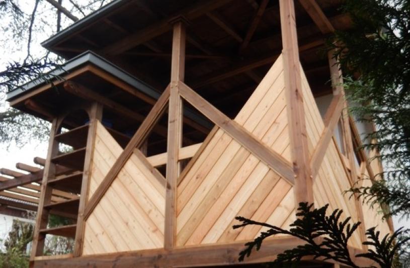 La construction sur pilotis contre la façade de la maison