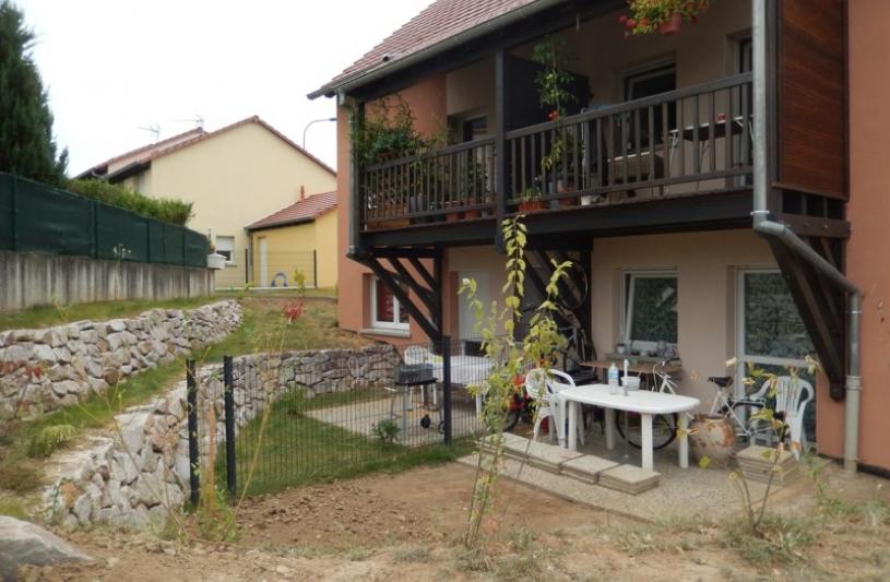 Arrière (côté Sud) du collectif Leclerc, le terrain est disponible pour les 2 logements du rez de chaussée. Une galerie en charpente est réservée au deux logements de l'étage