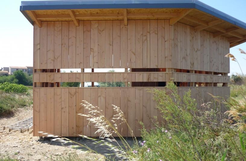 L'observatoire, construction bois présente trois faces vers l'étang. Deux hauteurs de fentes de vision permettent aux grand ou aux petits une observation confortable.
