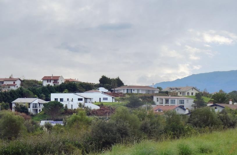 Trois villas contemporaines face à l'océan