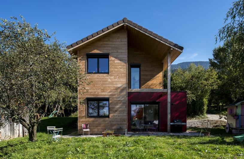 Maison en bois et son petit volume cubique rouge