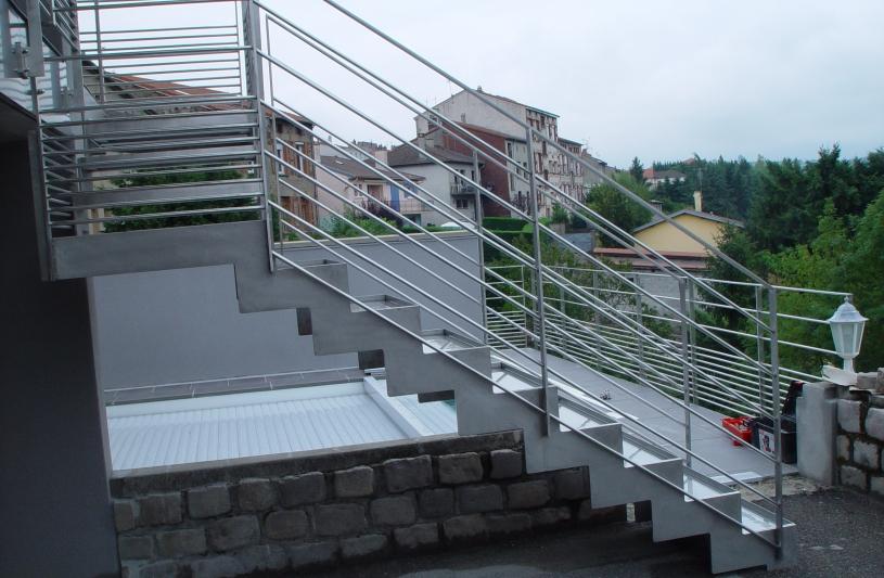 Escalier inox pour l'accès à la piscine.