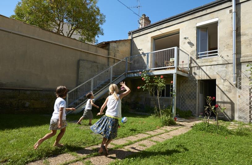 Echoppe à rez de jardin avec un escalier extérieur.