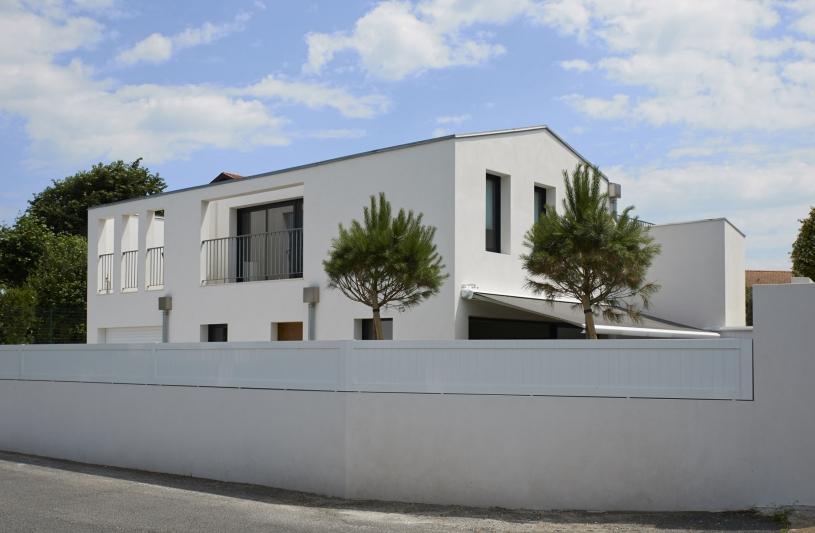 Villa contemporaine sur rue à Anglet (64)