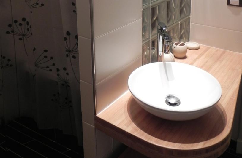 """un coin lavabo """"public"""", un espace baignoire """"privé"""""""