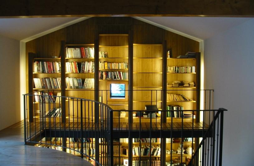 Une bibliothèque - mezzanine sur deux niveaux.