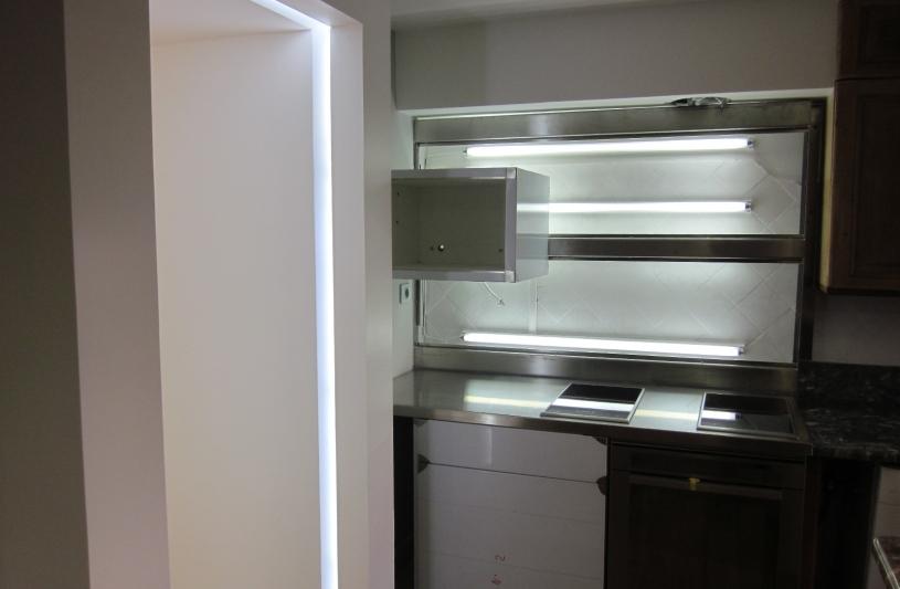 Une cuisine sur mesure, inox et lumières.