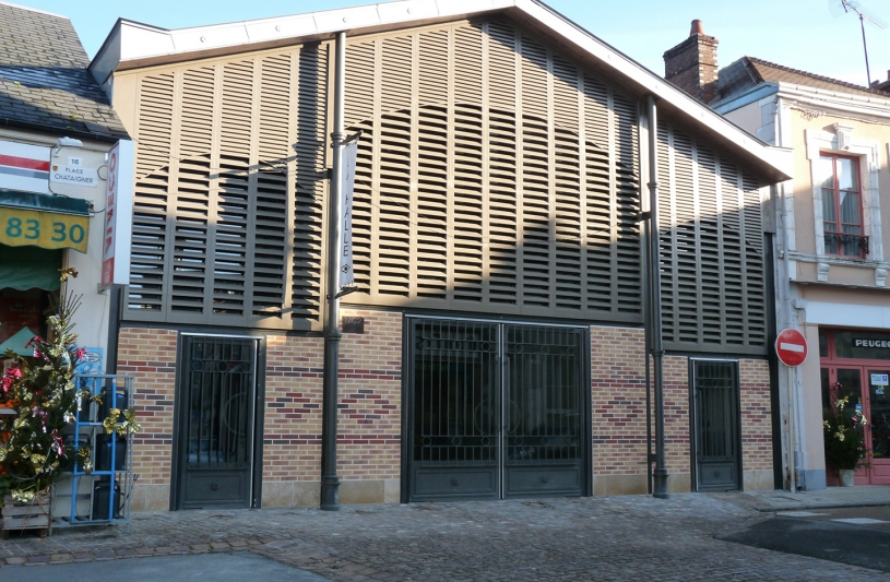 Ancien bâtiment industriel transformé en halles à l'ancienne