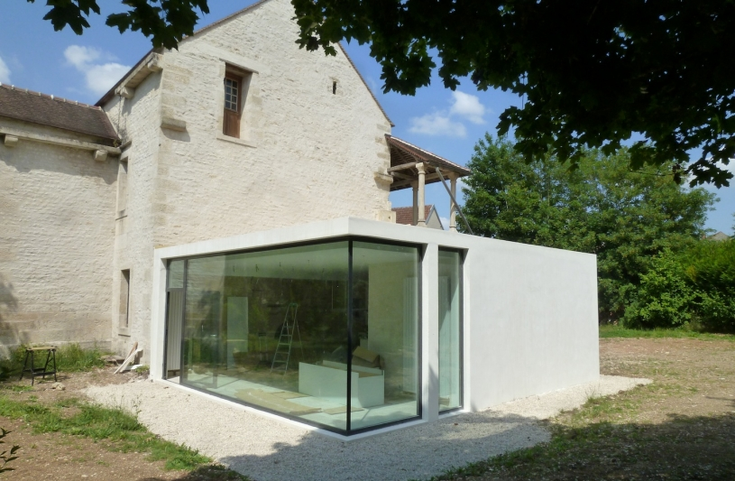 Extension contemporaine d'une maison classée du XVIè siècle