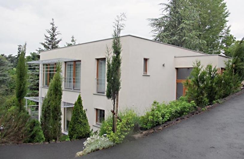 Maison passive écologique à ossature bois, façades sud et est.