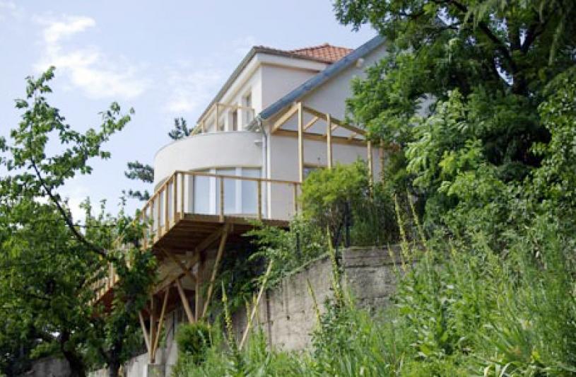 Réhabilitation et extension écologique d'une maison des années 50, façade sud