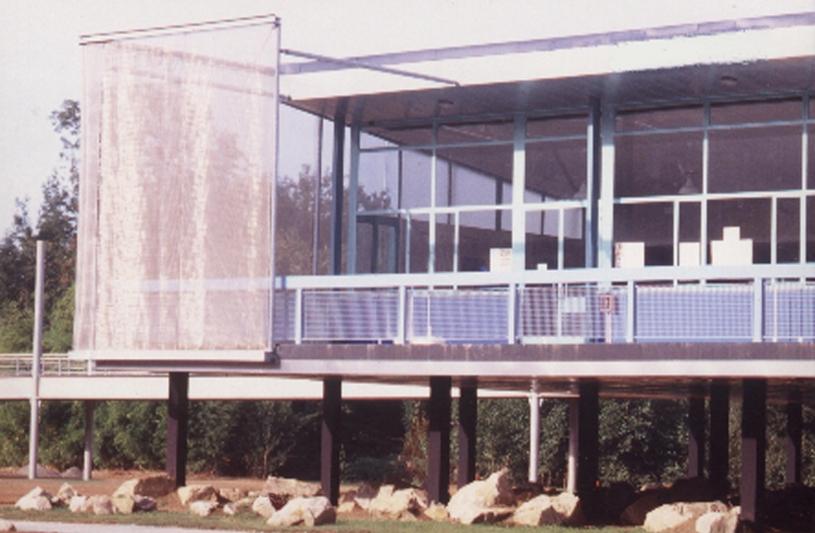 Le bâtiment principal, à usage de bar sans alcool. Il s'agissait de réhabiliter trois bâtiments, en permettre l'accés à l'étage, aménager un parc urbain