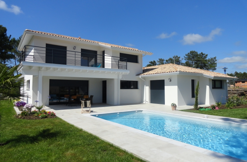 Façade orientée plein Sud avec sa grande terrasse et sa piscine