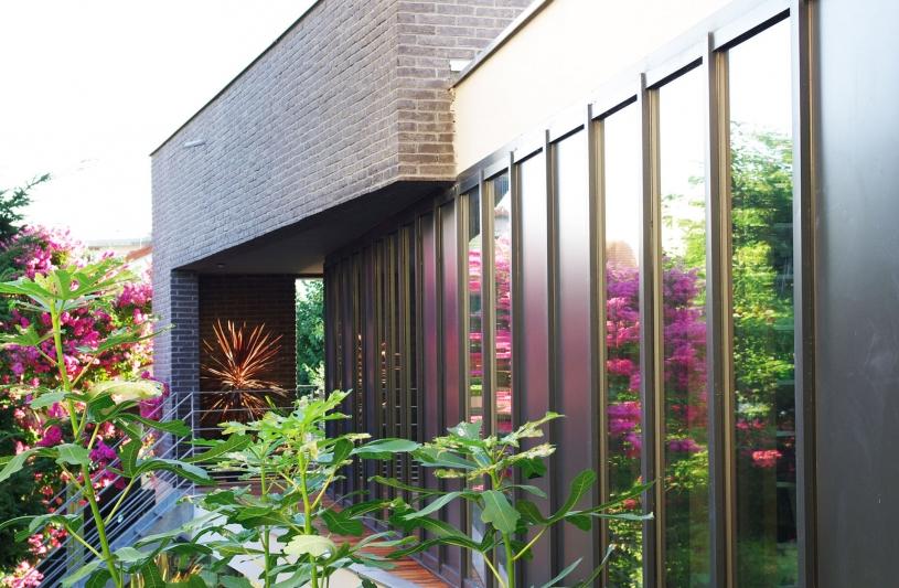 extension,logement individuel neuf, RT 2015, toiture végétalisée, pierre Degageux, DX architectures, pillotis