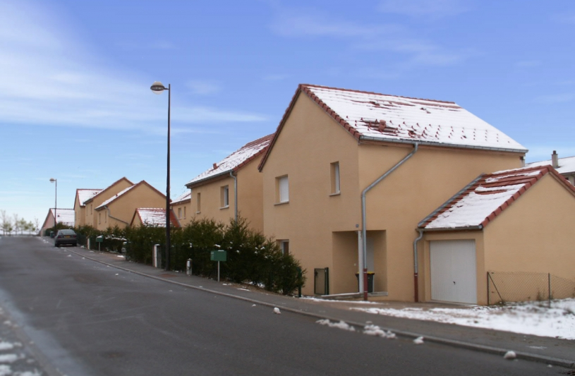 Ensemble de maisons individuelles groupées formant une rue