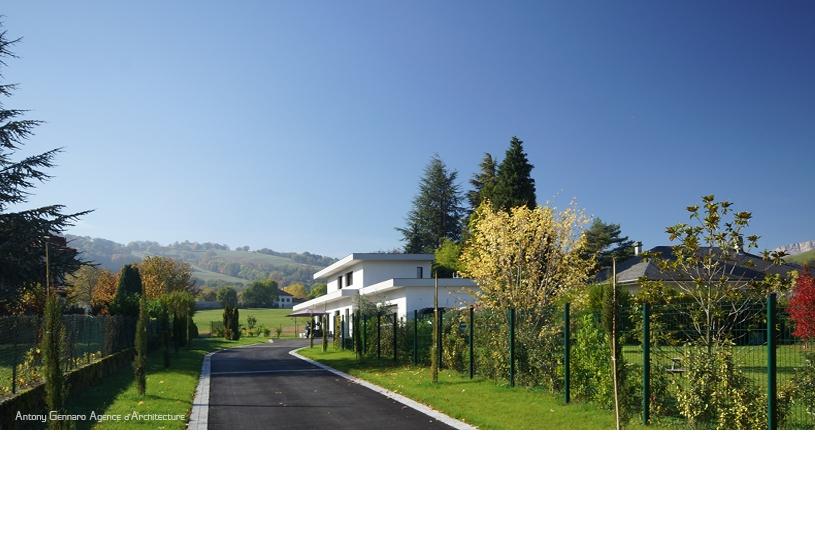 Maison individuelle contemporaine à toiture plate végétalisée.