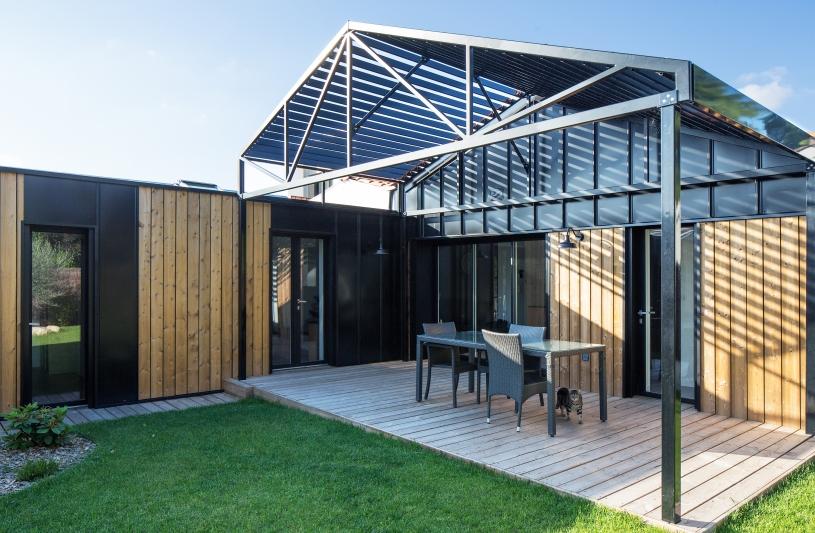 Au cœur de la parcelle, une pergola métallique vient protéger la terrasse. Benoît Bost photographe. Projet Prêles / whyarchitecture
