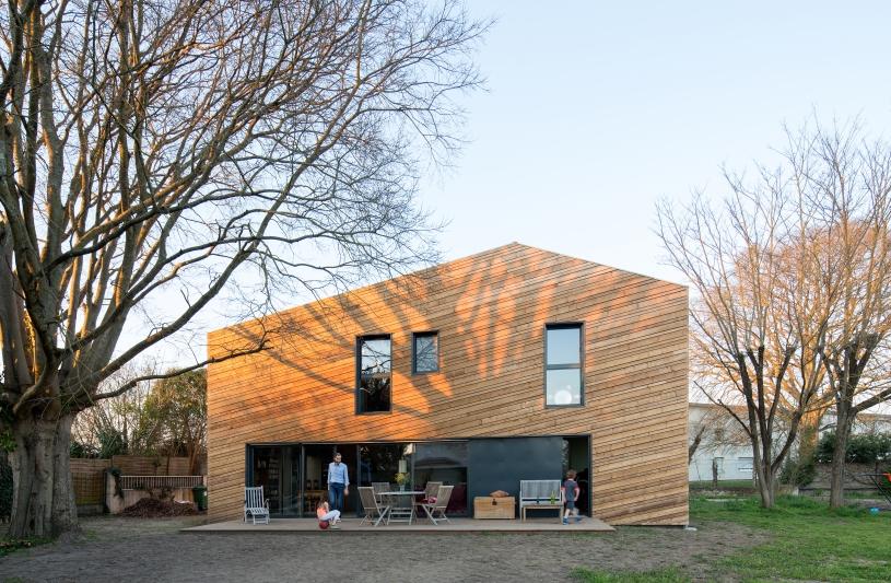 Le bardage bois dessine des strates en suivant la pente de la toiture. Benoît Bost photographe. Projet Strates / whyarchitecture