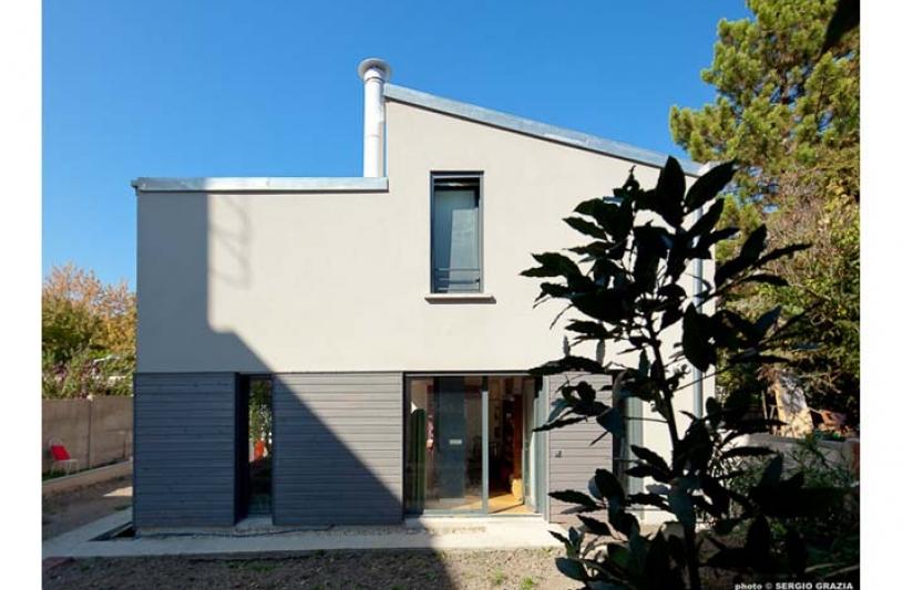 Façade de maison, construction contemporaine, ouverture sur l'extérieur, point de vue, jardin, maison asymétrique, cheminée.