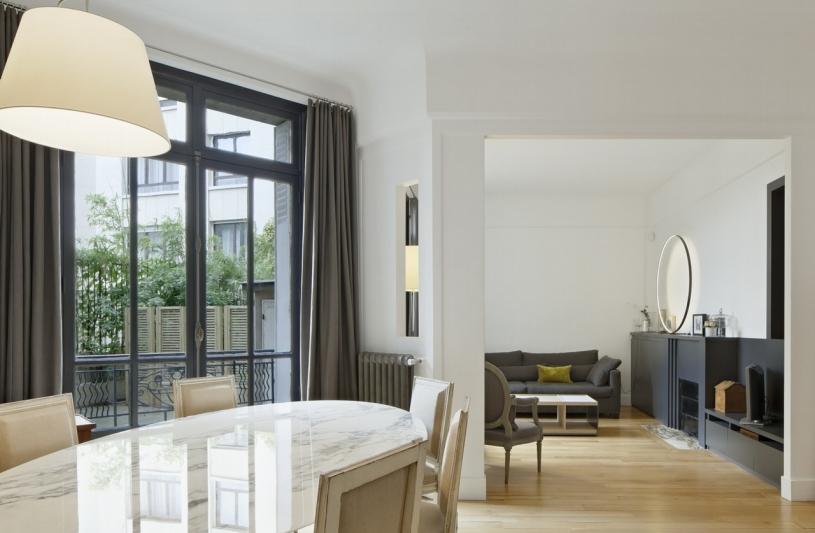 Salle à manger sur salon, ouverture sur l'extérieur,terrasse, séjour, parquet, rangements, cheminée, luminaire, lumière naturelle, lumière indirecte, banc