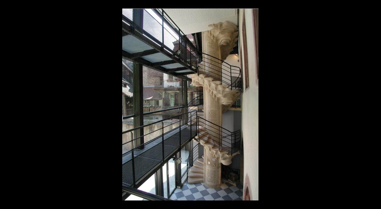 Le grand escalier de béton blanc dans la verrière conçue par Jacques Kuntz