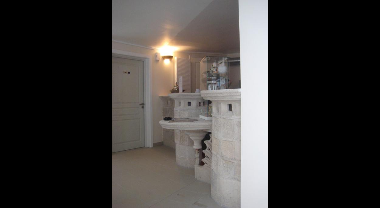 Espace d'accueil avec le comptoir en béton blanc moulé sur place