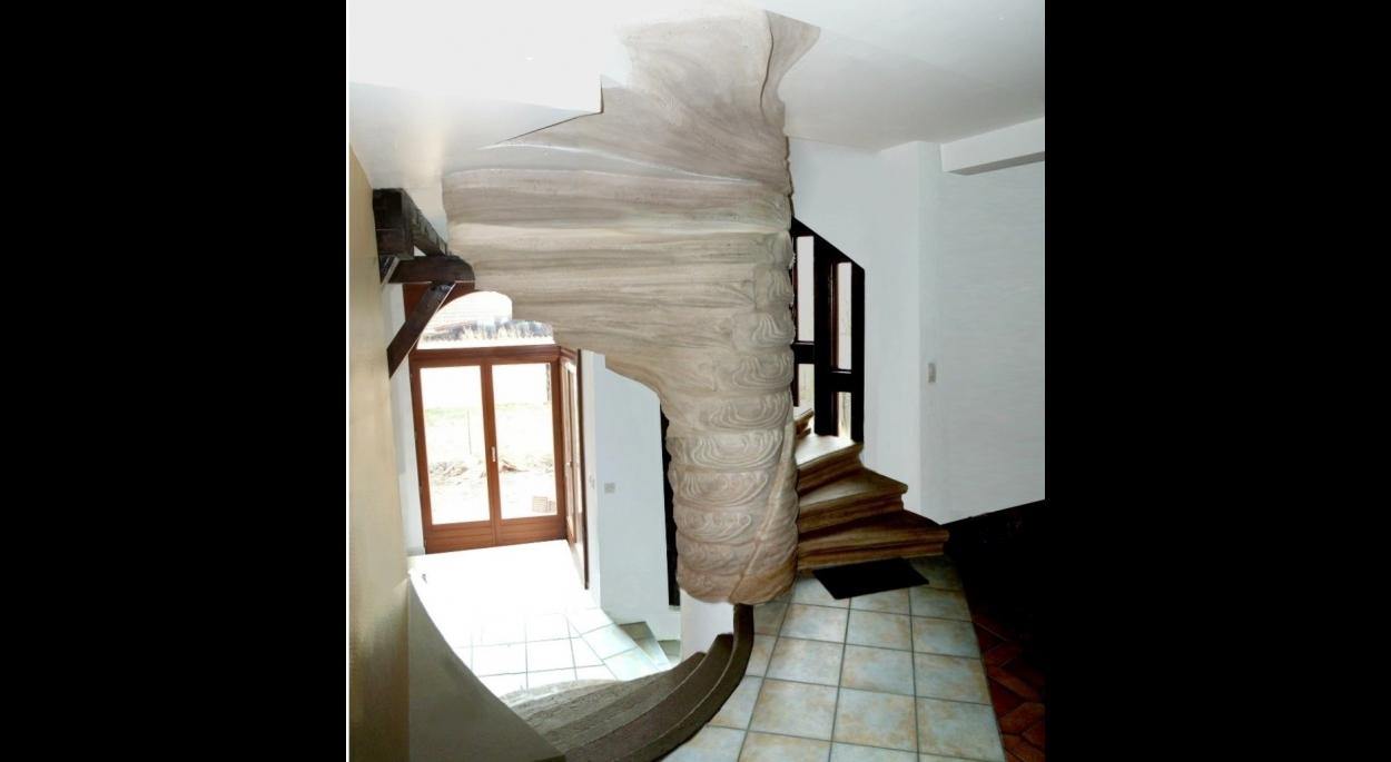 L'escalier de béton moulé est au coeur du nouvel ensemble