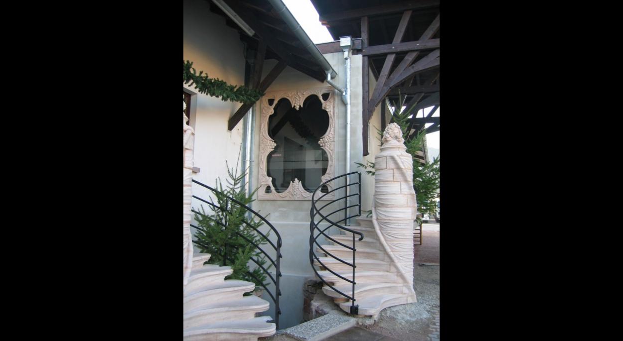 Escalier extérieur en béton moulé devant le nouveau pressoir