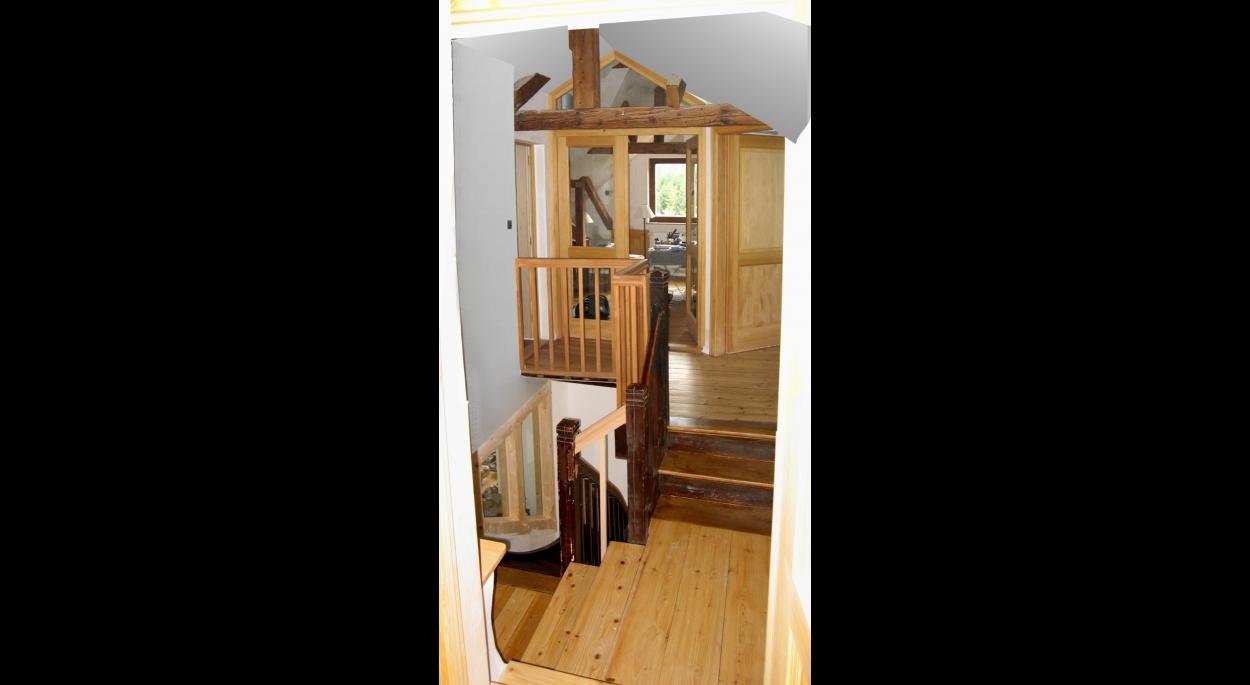 L'escalier et les parois vitrées vers le bureau