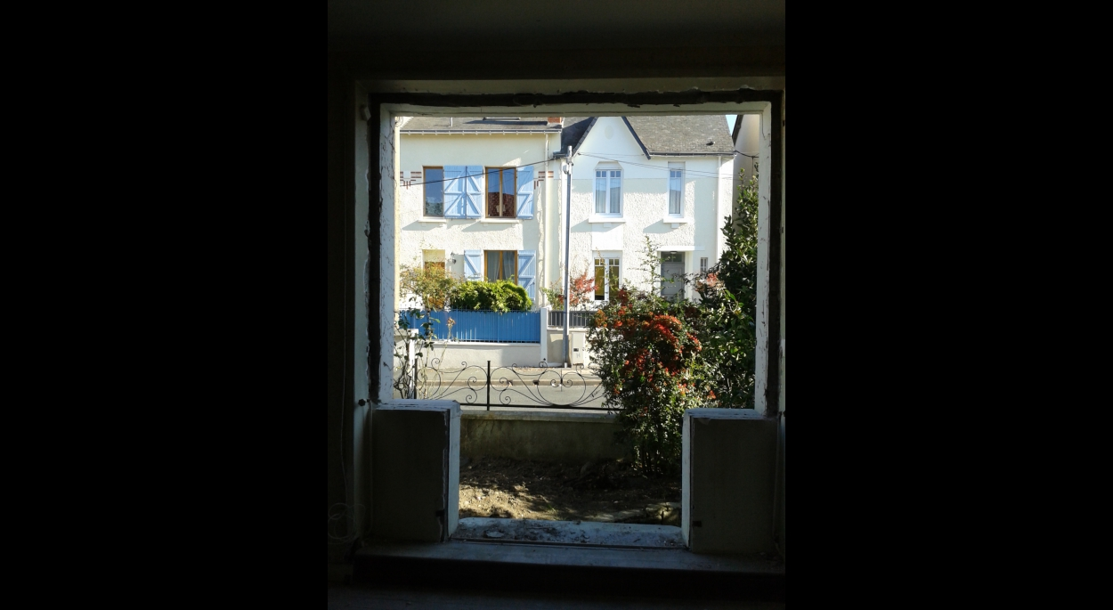 La fenêtre du salon a été déposée et la partie basse démolie pour retrouver la porte fenêtre qui existait initialement