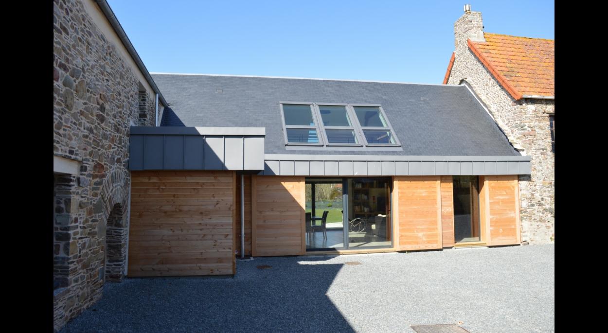 rénovation maçonnerie de pierre extension ossature bois bardage zinc verrière velux volets coulissants
