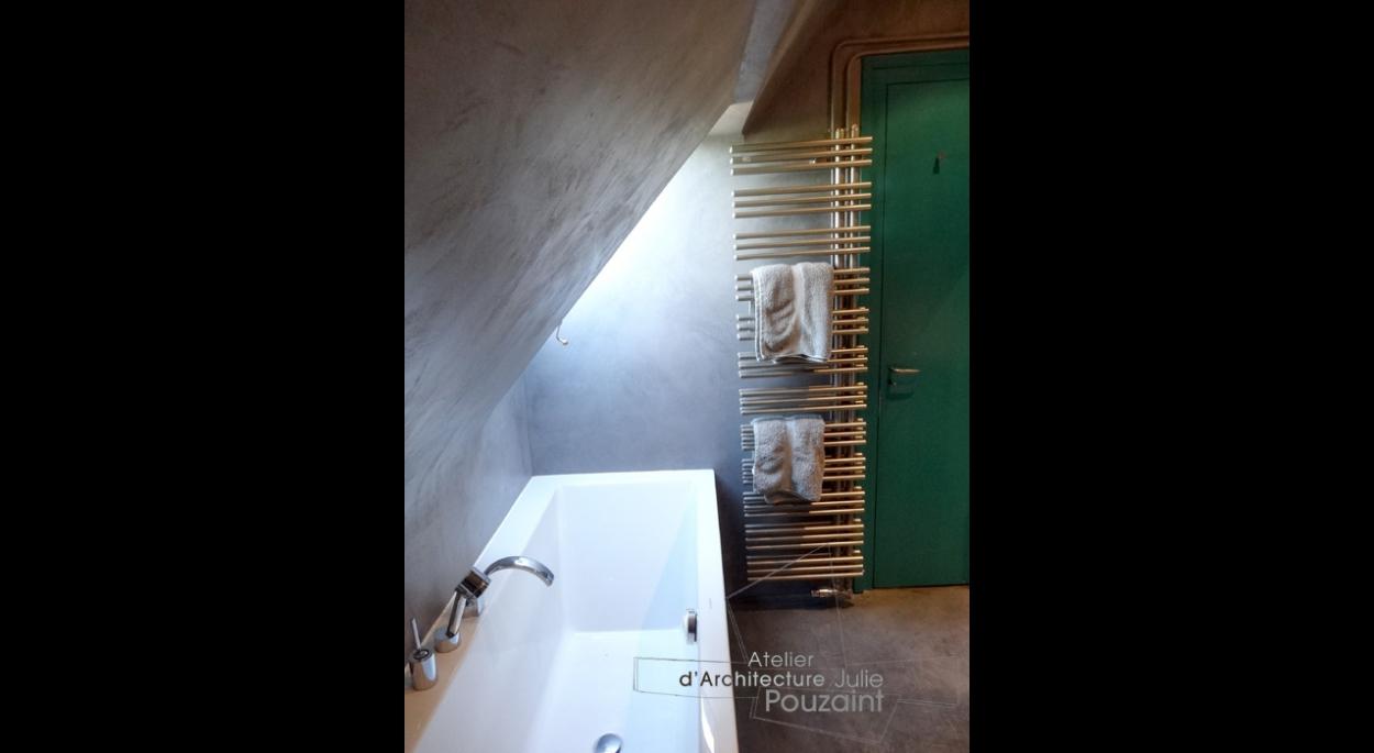 Aménagement de salle de bain avec baignoire