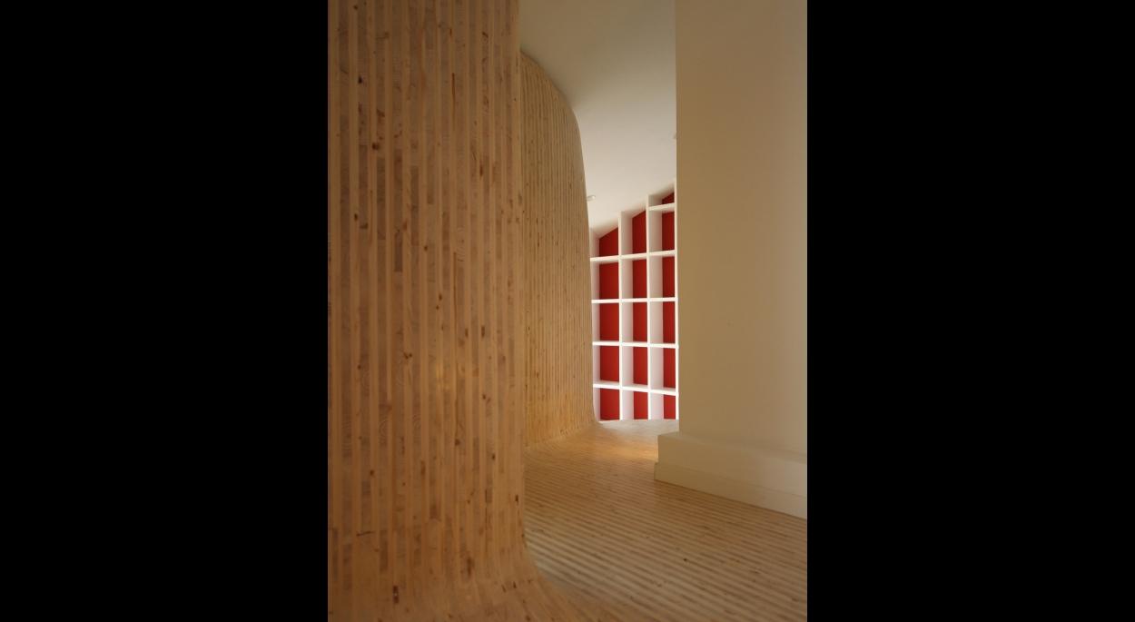 Espace de matière unie, du sol aux murs.