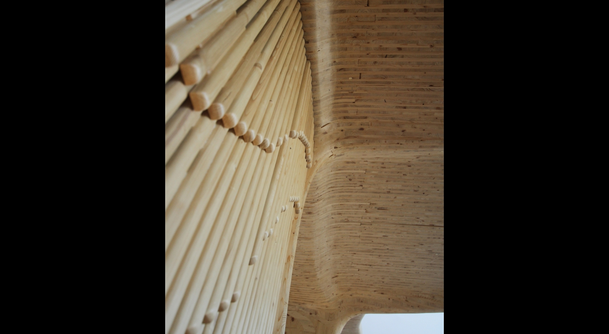 Porte de bois ajourés. Situé dans l'espace de vie, la porte laisse la structure principale apparente.