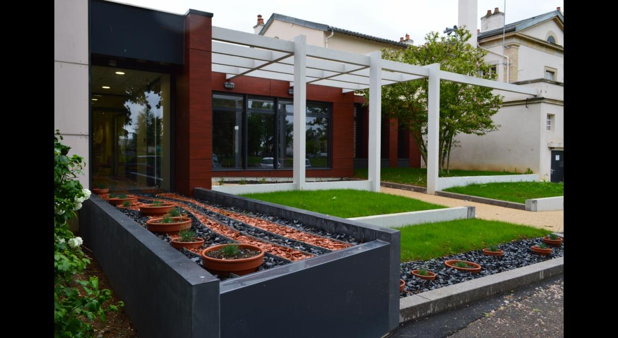 Aménagement des espaces extérieurs côté nouvelle entrée de la salle du conseil