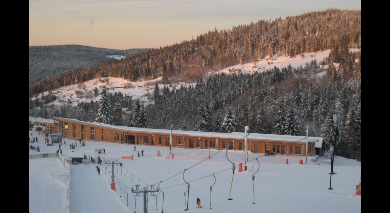 le bâtiment définit un nouveau front de neige aux pieds des pistes