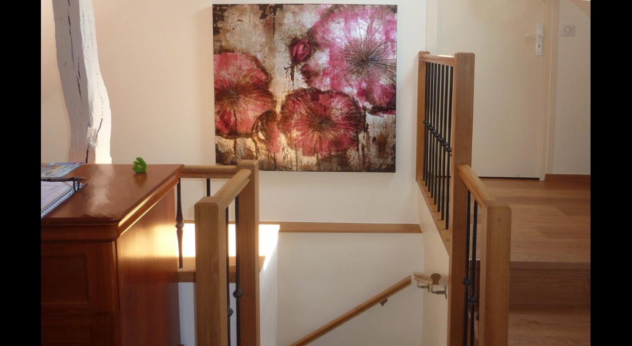 La cage d'escalier a été entièrement repensée, avec la création d'un escalier pour l'étage en maçonnerie et l'ouverture en hauteur des plafonds jusqu'au toit.