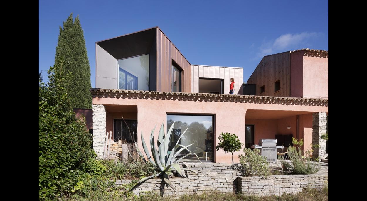 space invaders sur l vation d 39 une maison individuelle thomas landemaine architectes. Black Bedroom Furniture Sets. Home Design Ideas