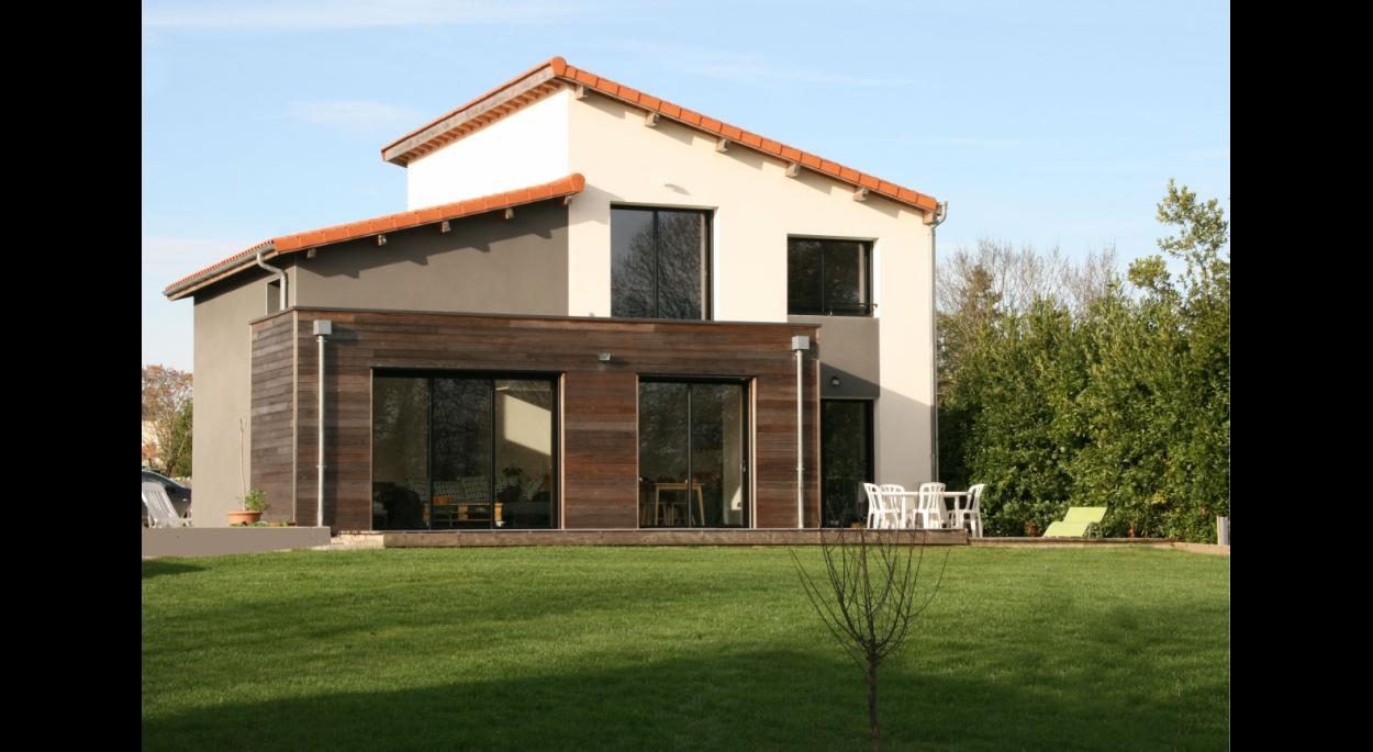 Maison contemporaine, briques, ossature bois, toiture mono-pente tuiles, bardage red cedar
