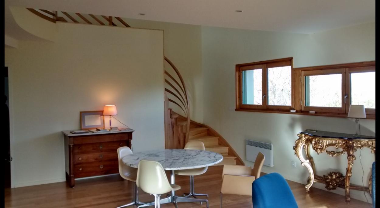 Les courbes de l'escalier accompagnent le bois pour rendre l'intérieur chaleureux