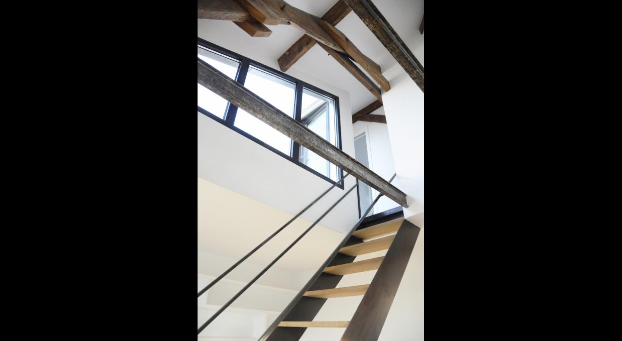 Rénovation de combles à Malakoff : Escalier acier, marches chêne massif