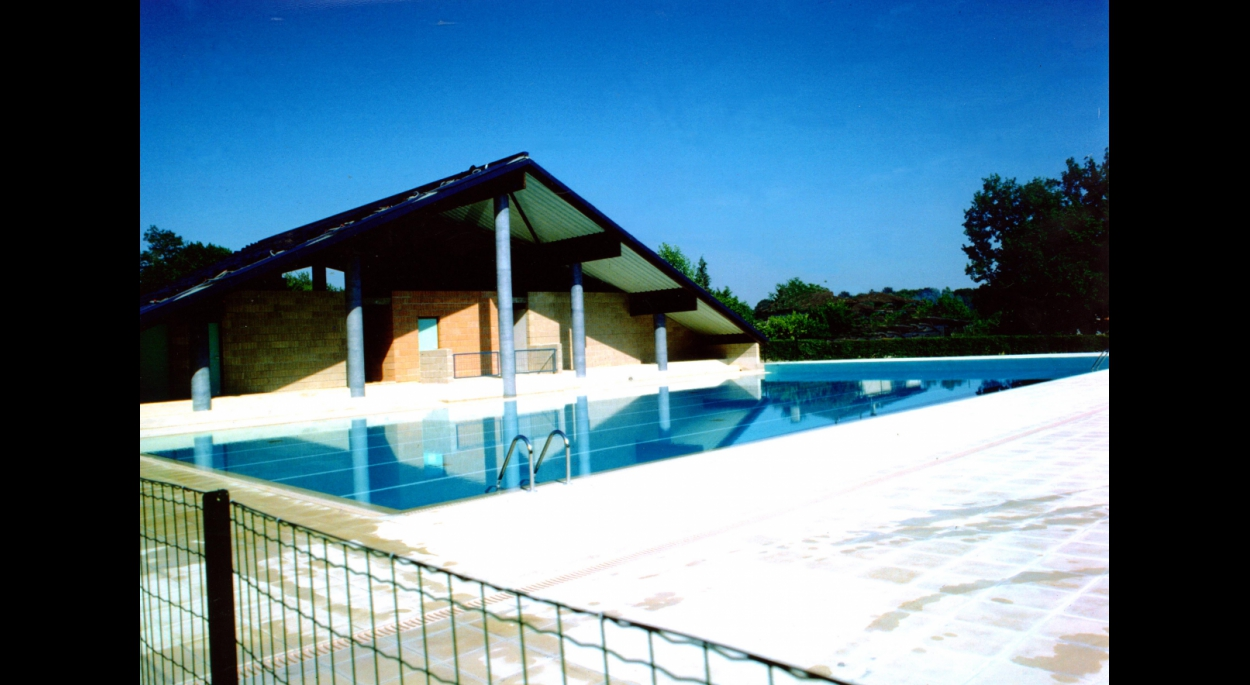 Piscine et vestiaires de la piscine de Gencay