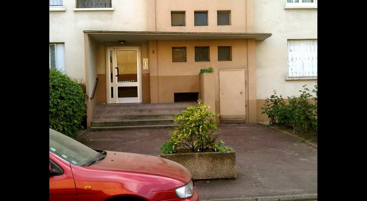 Vue sur une entrée de bâtiment