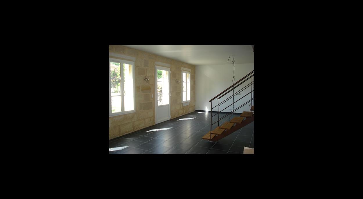 Zone de vie ouverte et escalier réalisé par un serrurier