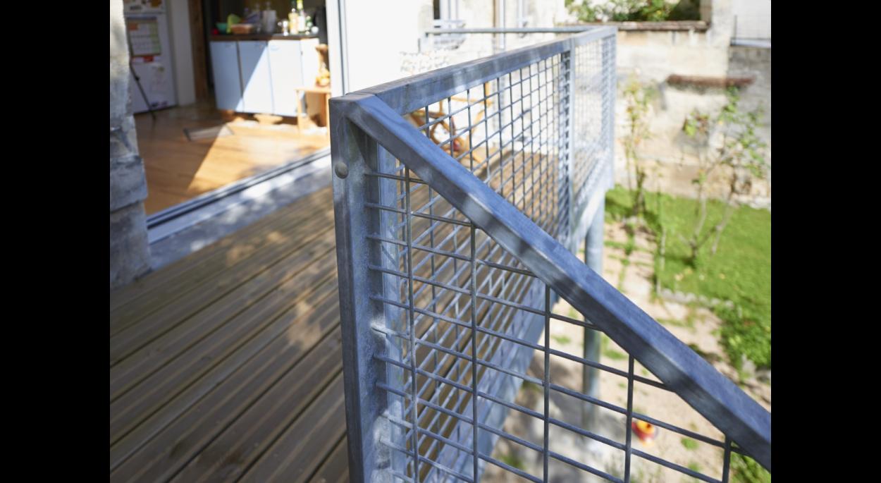 Détail escalier en acier, échoppe à Bordeaux (33).