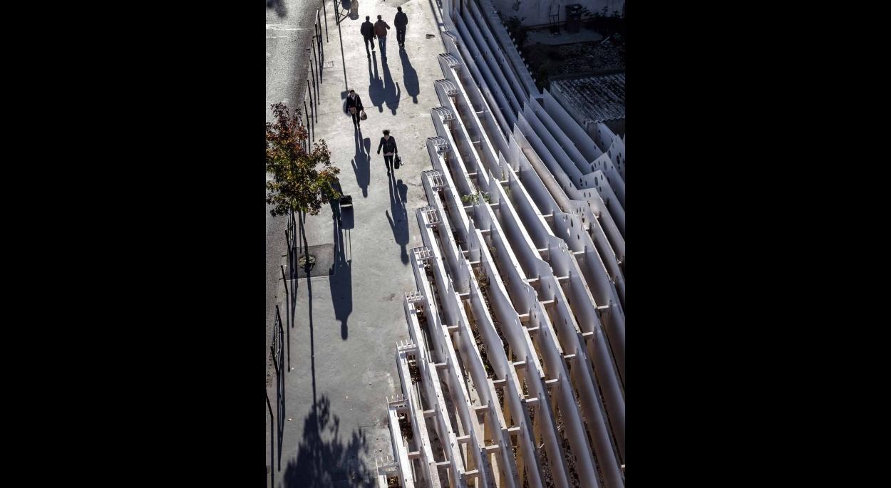 Le site des 15 et 17 rue martre à Clichy est un recoin dont le caractère brut est issu de transformations radicales du tissu urbain de la ville : dévoiement de la rue Martre au cours du 20ème siècle, transformations en cours actuellement. L'emplacement dévolu à l'œuvre est à l'interface entre des espaces publics en devenir et un cœur d'îlot dont les cours intérieures, les façades et appentis et jardins secrets sont donnés à voir.