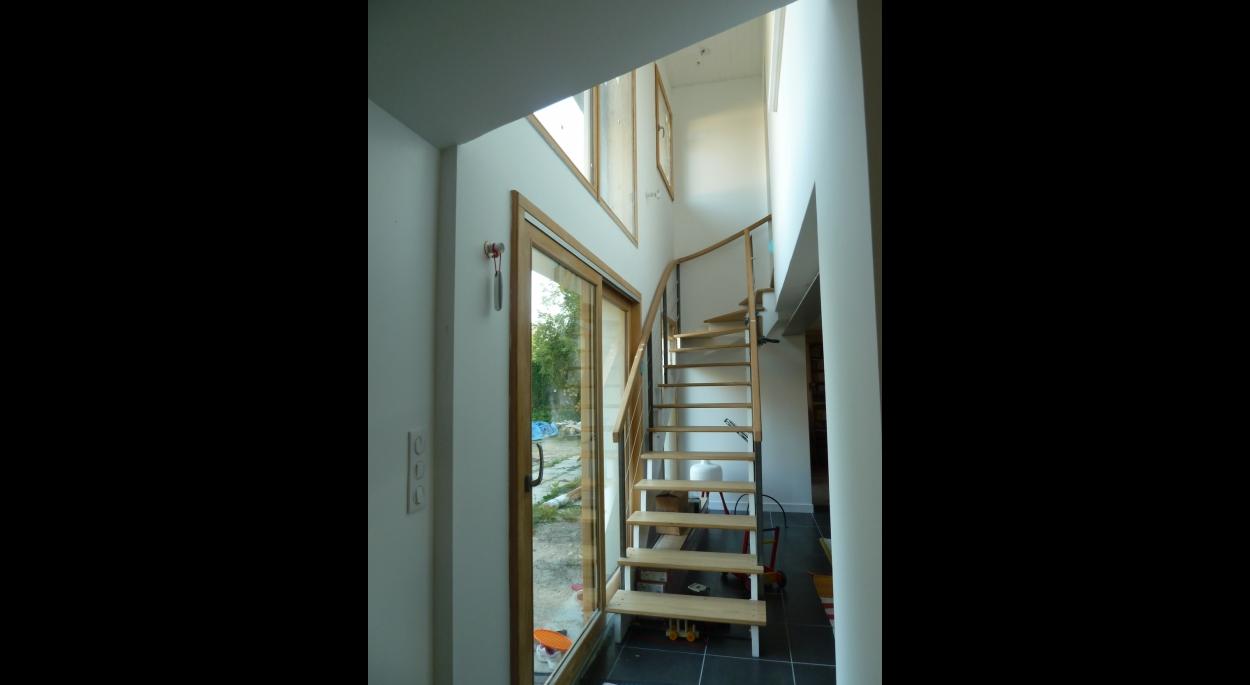 Nouvel escalier en façade sud. Il laisse passer la lumière dans le séjour.