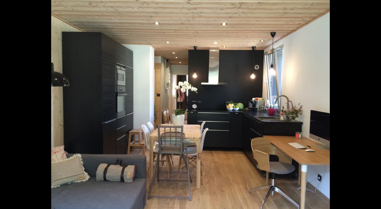 Rénovation complète d'un appartement des années 70. Vue sur la salle à manger/cuisine depuis le séjour.
